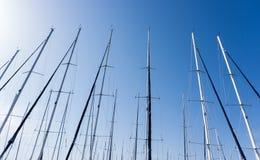 Ιστός ενάντια σε έναν μπλε ουρανό, ιστός σκαφών, μαρίνα στην ευρωπαϊκή πόλη, Στοκ Φωτογραφίες