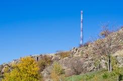 Ιστός επικοινωνιών σε μια κορυφή υψώματος Στοκ Φωτογραφία