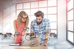 Ιστός επιχειρηματιών που σχεδιάζει στο lap-top στην αρχή Στοκ Εικόνα