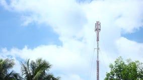 Ιστός πύργων Coms δικτύων με το χρονικό σφάλμα Cloudscape απόθεμα βίντεο
