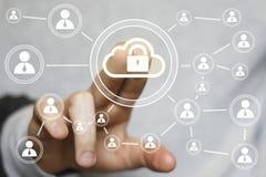 Ιστός σημαδιών κλειδαριών σύννεφων κουμπιών ώθησης επιχειρηματιών Στοκ φωτογραφία με δικαίωμα ελεύθερης χρήσης
