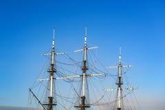 Ιστός σκαφών ` s ενάντια σε ένα σκηνικό του μπλε ουρανού Στοκ Εικόνα