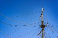 Ιστός σκαφών ` s ενάντια σε ένα σκηνικό του μπλε ουρανού Στοκ φωτογραφίες με δικαίωμα ελεύθερης χρήσης