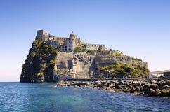 Ισχία Ponte με το κάστρο Aragonese στο νησί ισχίων, κόλπος της Νάπολης Ιταλία Στοκ Φωτογραφία