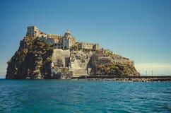 Ισχία Ponte με το κάστρο Aragonese στο νησί ισχίων, κόλπος της Νάπολης Ιταλία Στοκ Εικόνα