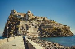 Ισχία Ponte με το κάστρο Aragonese στο νησί ισχίων, κόλπος της Νάπολης Ιταλία Στοκ εικόνα με δικαίωμα ελεύθερης χρήσης