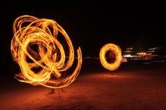 Ισχυρά άτομα που κάνουν ταχυδακτυλουργίες την πυρκαγιά στην Ταϊλάνδη Στοκ Φωτογραφία