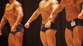 Ισχυρά άτομα που παρουσιάζουν αδύνατους και σχισμένους μυϊκούς οργανισμούς ο διαγωνισμός απόθεμα βίντεο