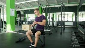 Ισχυρά αθλητικά άτομα που παίρνουν τους βαριούς αλτήρες για το ενεργό workout στη γυμναστική, ικανότητα Στοκ φωτογραφία με δικαίωμα ελεύθερης χρήσης