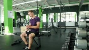 Ισχυρά αθλητικά άτομα που παίρνουν τους βαριούς αλτήρες για το ενεργό workout στη γυμναστική, ικανότητα Στοκ εικόνα με δικαίωμα ελεύθερης χρήσης