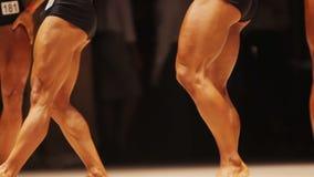 Ισχυρά αρσενικά bodybuilders που καταδεικνύουν τους αδύνατους μυς ποδιών στον ανταγωνισμό ικανότητας απόθεμα βίντεο