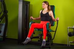 Ισχυρά καλοχτισμένα βάρη αλτήρων ανύψωσης bodybuilder που παίρνουν έτοιμα για την άσκηση στην ικανότητα Στοκ εικόνα με δικαίωμα ελεύθερης χρήσης