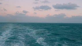 Ισχυρά κύματα μετά από το σκάφος Διαδρομή από τις μηχανές του σκάφους Πανιά σκαφών της γραμμής κρουαζιέρας στον μπλε ωκεανό Κύματ φιλμ μικρού μήκους