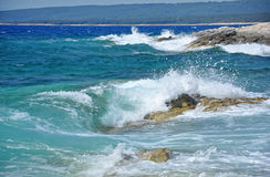 Ισχυρά κύματα που συντρίβουν σε μια δύσκολη ακτή Στοκ Φωτογραφίες