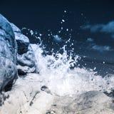Ισχυρά κύματα που συντρίβουν στη δύσκολη παραλία Llandudno ουαλλικά Στοκ φωτογραφία με δικαίωμα ελεύθερης χρήσης