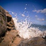 Ισχυρά κύματα που συντρίβουν στη δύσκολη παραλία Llandudno ουαλλικά Στοκ Εικόνες