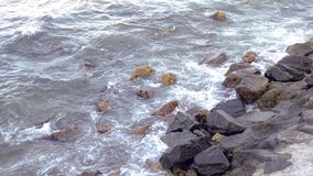Ισχυρά κύματα που συντρίβουν την ακτή απόθεμα βίντεο