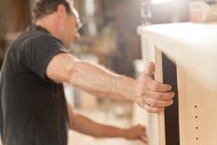 Ισχυρά μπράτσο και χέρι ενός ξυλουργού Στοκ Εικόνες