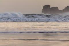 Ισχυρά σπάζοντας κύματα επιτόπου κυματωγών στο hendaye στην ανατολή χειμερινού πρωινού, βασκική χώρα, Γαλλία Στοκ Εικόνες