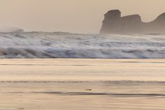 Ισχυρά σπάζοντας κύματα επιτόπου κυματωγών στο hendaye στην ανατολή χειμερινού πρωινού, βασκική χώρα, Γαλλία Στοκ Φωτογραφία