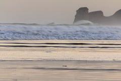 Ισχυρά σπάζοντας κύματα επιτόπου κυματωγών στο hendaye στην ανατολή χειμερινού πρωινού, βασκική χώρα, Γαλλία Στοκ εικόνα με δικαίωμα ελεύθερης χρήσης