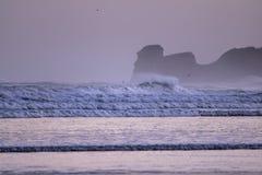 Ισχυρά σπάζοντας κύματα επιτόπου κυματωγών στο hendaye στην κρύα ανατολή χειμερινού πρωινού, βασκική χώρα, Γαλλία Στοκ φωτογραφίες με δικαίωμα ελεύθερης χρήσης