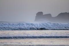 Ισχυρά σπάζοντας κύματα επιτόπου κυματωγών στο hendaye στην κρύα ανατολή χειμερινού πρωινού, βασκική χώρα, Γαλλία Στοκ εικόνα με δικαίωμα ελεύθερης χρήσης