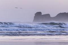 Ισχυρά σπάζοντας κύματα επιτόπου κυματωγών στο hendaye στην κρύα ανατολή χειμερινού πρωινού, βασκική χώρα, Γαλλία Στοκ φωτογραφία με δικαίωμα ελεύθερης χρήσης