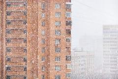 Ισχυρά σπίτια χιονιού και διαμερισμάτων στην πόλη Στοκ φωτογραφία με δικαίωμα ελεύθερης χρήσης