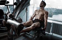 Ισχυρά τετράγωνα κατάρτισης bodybuilder Στοκ φωτογραφίες με δικαίωμα ελεύθερης χρήσης