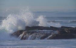 Ισχυρά ωκεάνια σπασίματα κυμάτων πέρα από την επάνθιση βράχου σε Windansea, Λα Χόγια Καλιφόρνια Στοκ εικόνα με δικαίωμα ελεύθερης χρήσης