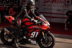 Ισχυρές αθλητικές μοτοσικλέτες στις φυλές κινηματογραφήσεων σε πρώτο πλάνο στοκ φωτογραφία