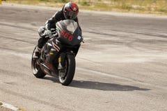 Ισχυρές αθλητικές μοτοσικλέτες στις φυλές κινηματογραφήσεων σε πρώτο πλάνο στοκ εικόνα με δικαίωμα ελεύθερης χρήσης