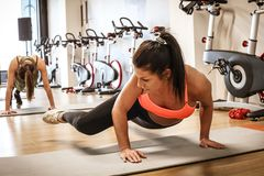 ισχυρές γυναίκες Αθλήτριες στη γυμναστική Στοκ εικόνες με δικαίωμα ελεύθερης χρήσης