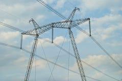 Ισχυρές ηλεκτρικές γραμμές μετάδοσης εμπιστοσύνης Στοκ Εικόνες