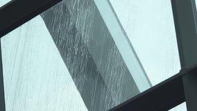 Ισχυρές πτώσεις νερού βροχής που αφορούν κάτω το γυαλί παραθύρων απόθεμα βίντεο