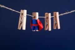 Ισχυρή έξοχη εννοιολογική φωτογραφία ηρώων με το χαρακτήρα σούπερ σταρ clothespin στο μπλε κόκκινο ακρωτήριο κοστουμιών ηγεσία κα στοκ φωτογραφία με δικαίωμα ελεύθερης χρήσης
