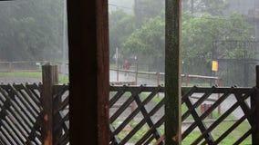Ισχυρή βροχή Τυφώνας πέρα από την πόλη απόθεμα βίντεο