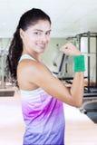 Ισχυρή γυναίκα που αυξάνει το χέρι στη γυμναστική στοκ εικόνες