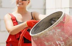 Ισχυρή γυναίκα που εργάζεται με το εργοτάξιο οικοδομής στοκ φωτογραφία με δικαίωμα ελεύθερης χρήσης