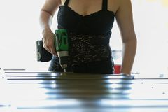 Ισχυρή γυναίκα που εργάζεται σε ένα πρόγραμμα DIY Στοκ Φωτογραφίες