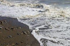 Ισχυρή κυματωγή στην αμμώδη παραλία Κριμαία Στοκ Εικόνες