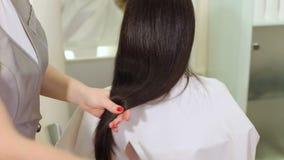 Ισχυρή, λαμπρή και υγιής μακριά τρίχα brunette E απόθεμα βίντεο