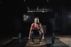 Ισχυρή ξανθή γυναίκα που ασκεί με το barbell στη γυμναστική Στοκ φωτογραφία με δικαίωμα ελεύθερης χρήσης