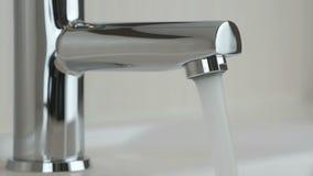 Ισχυρή πίεση νερού που ρέει από μια βρύση χρωμίου απόθεμα βίντεο