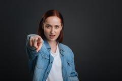 Ισχυρή παρακινημένη γυναίκα που ενθαρρύνει ενώνοντας την στοκ εικόνες με δικαίωμα ελεύθερης χρήσης