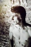Ισχυρή προκλητική νέα τοποθέτηση τύπων με το γυμνό torse Στοκ Εικόνα