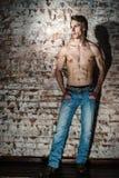 Ισχυρή προκλητική νέα τοποθέτηση τύπων με το γυμνό torse Στοκ φωτογραφία με δικαίωμα ελεύθερης χρήσης