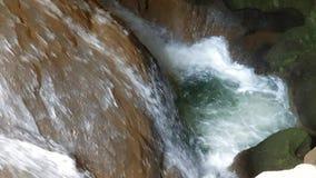 Ισχυρή ροή του νερού στη σπηλιά Ένας μικρός καταρράκτης υπόγεια Η ροή των σπασιμάτων νερού μεταξύ των πετρών απόθεμα βίντεο
