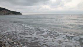 Ισχυρή συντριβή κυμάτων πέρα από την παραλία απόθεμα βίντεο